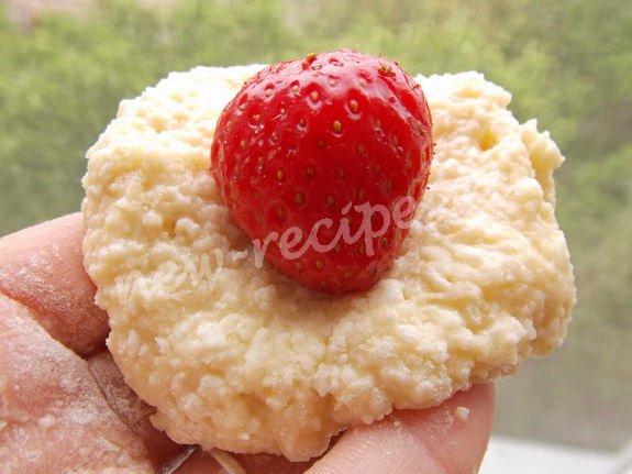 внутрь творожных лепёшек кладём ягоды клубники