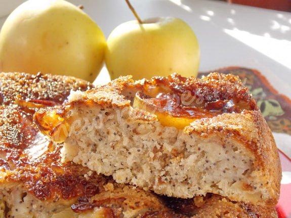 яблочно-карамельный пирог с орехами и маком