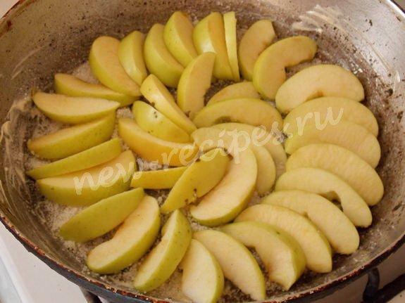 выкладываем яблоки на сковороду