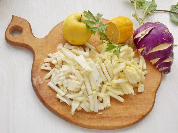 нарезаем соломкой капусту и яблоко