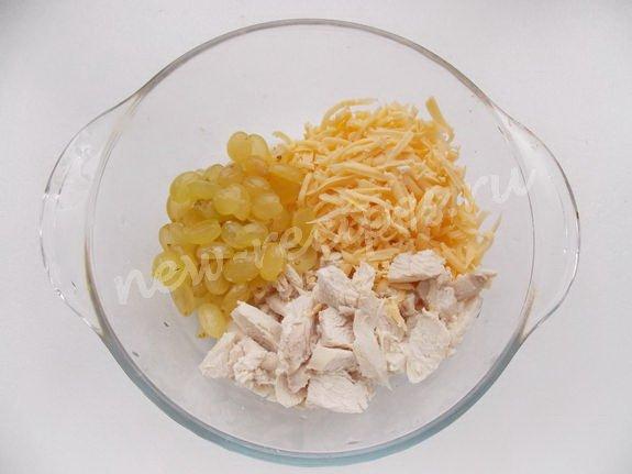 смешиваем отварную курицу, тёртый сыр, виноград
