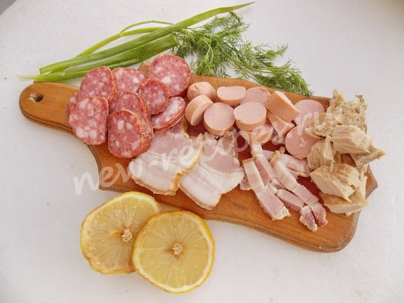 нарежем ветчину и колбаски