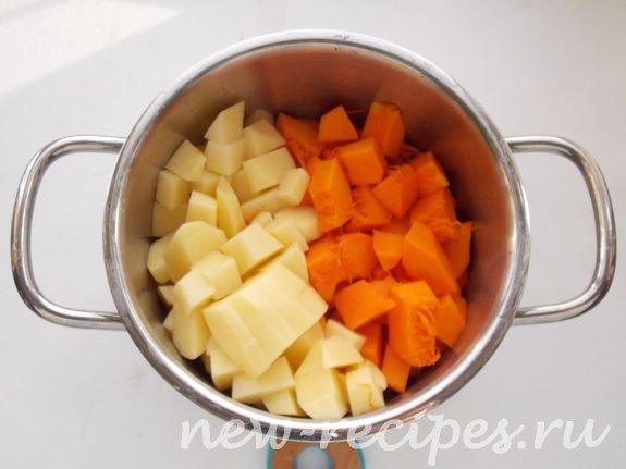 добавляем нарезанные кубиками картофель и тыкву