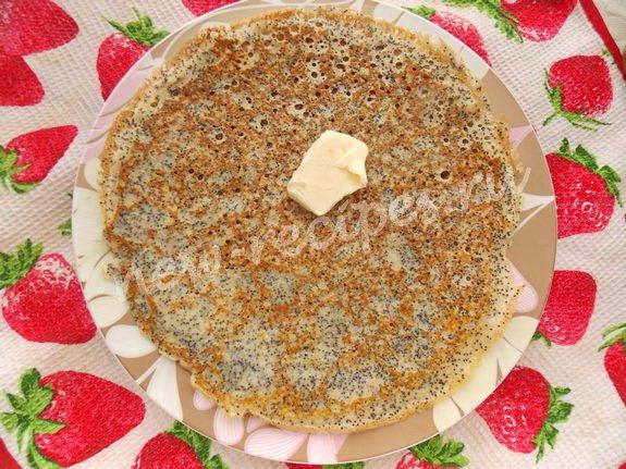 снимаем блинчики на блюдо и смазываем сливочным маслом