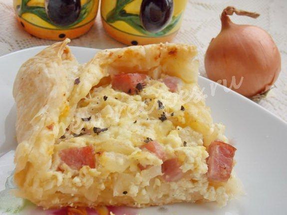 закусочный пирог с луком, творогом и ветчиной
