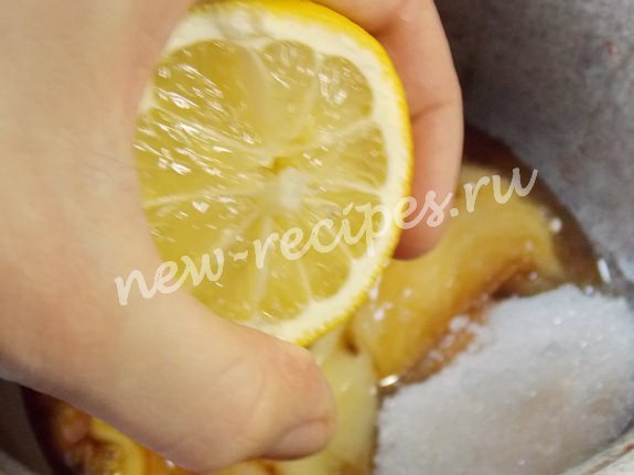 смешиваем мёд, сахар и сок лимона