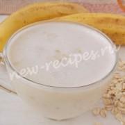 вкусный и полезный завтрак из банана, овсяных хлопьев и молока