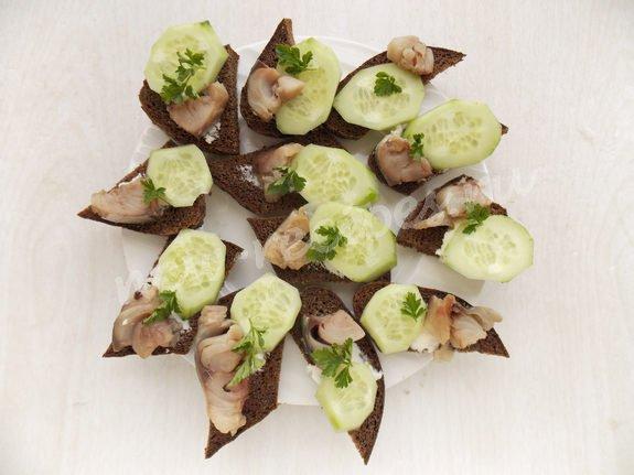 как приготовить бутерброды с копчёной рыбой и огурцом
