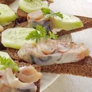 бутерброды с копчёной скумбрией и огурцом