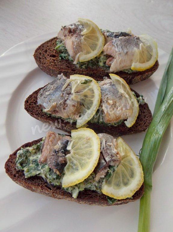 рецепт бутербродов с сардинами и шпинатно-лимонным соусом