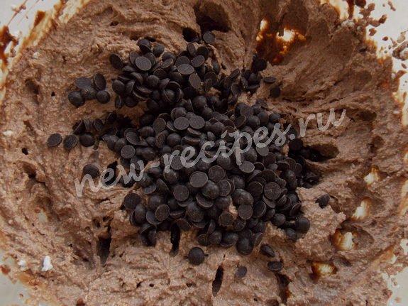 смешиваем шоколадную массу с остальной творожной, добавляем кусочки шоколада
