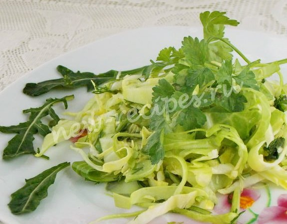 салат из молодой капусты с огурцами, петрушкой и рукколой