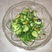 салат из свежих и солёных огурцов